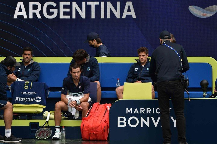 An alarming object on the Argentine bank during the Bella-Robliff duel.  Photo by Paul Crook / AFP