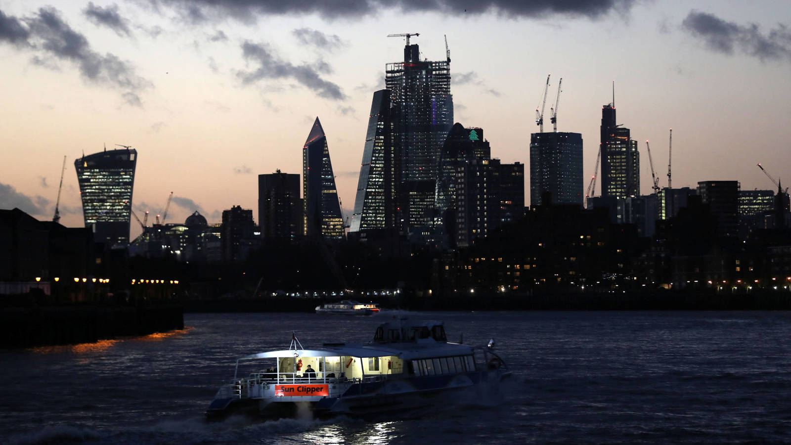 Photo: Sunset behind the Financial District in London, December 7, 2018 (Reuters)