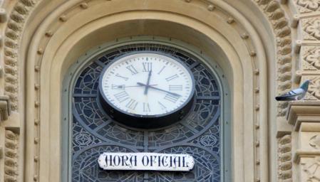 The clock is on the façade of 115 de la Rambla, above the Polyurama Theater