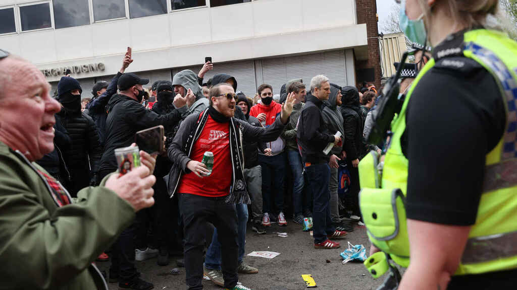 Police are trying to control Manchester United fans
