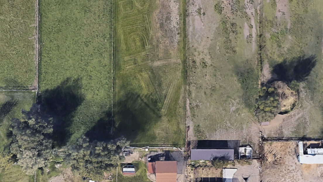 Google Earth picks up an insult written on the lawn next to a house (photo)